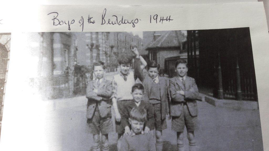 Boys living in the Samuel Lewis Buildings during WW2 91939-45). (c) Mavis Ring